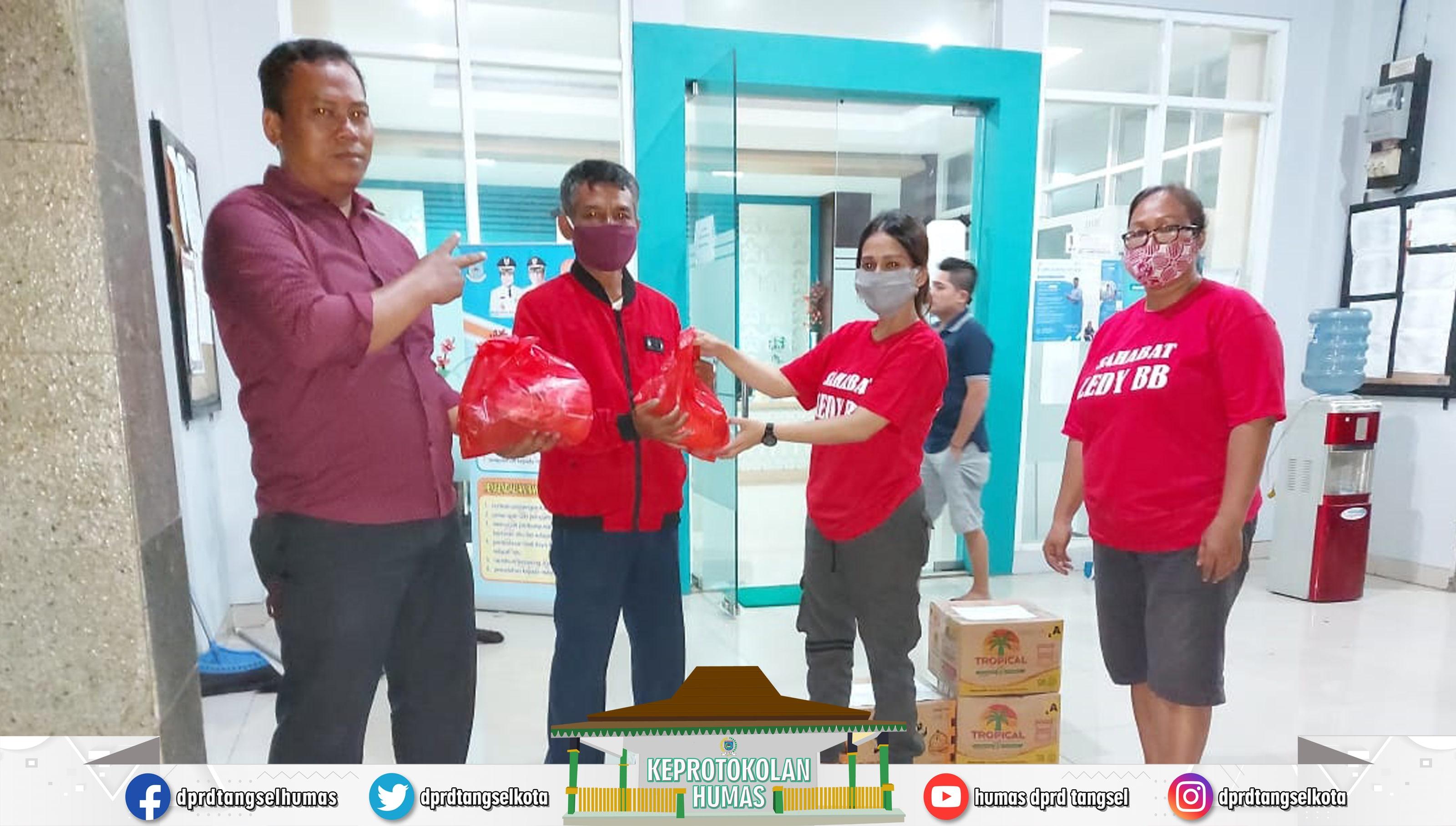 Lady M P Butar Butar Anggota DPRD Tangsel melakukan Penyemprotan