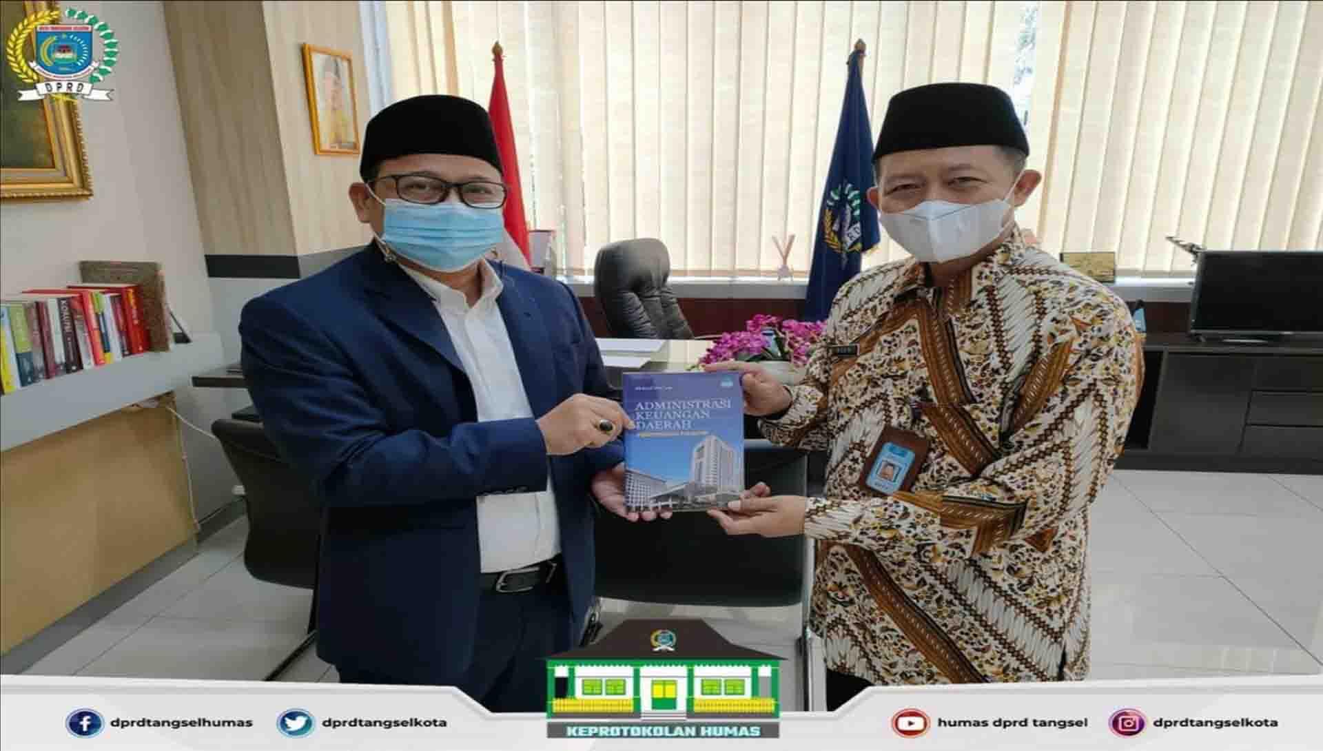 Ketua DPRD menerima simbolis Donasi Buku Administrasi Keuangan Daerah